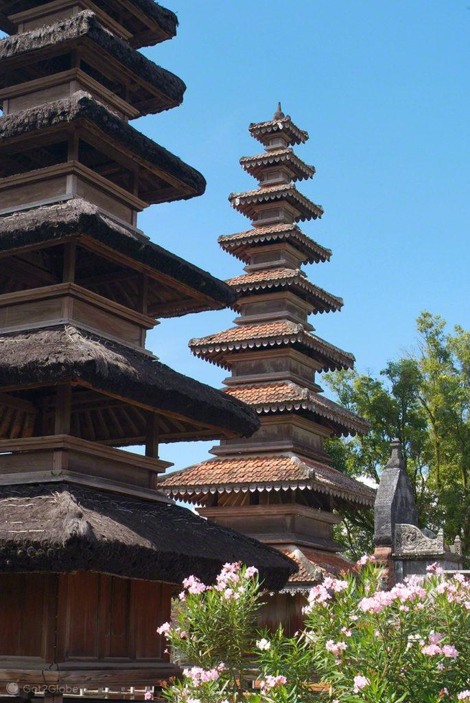Hinduismo Balinês, Lombok, Indonésia, família Mindra no templo Batu Bolong