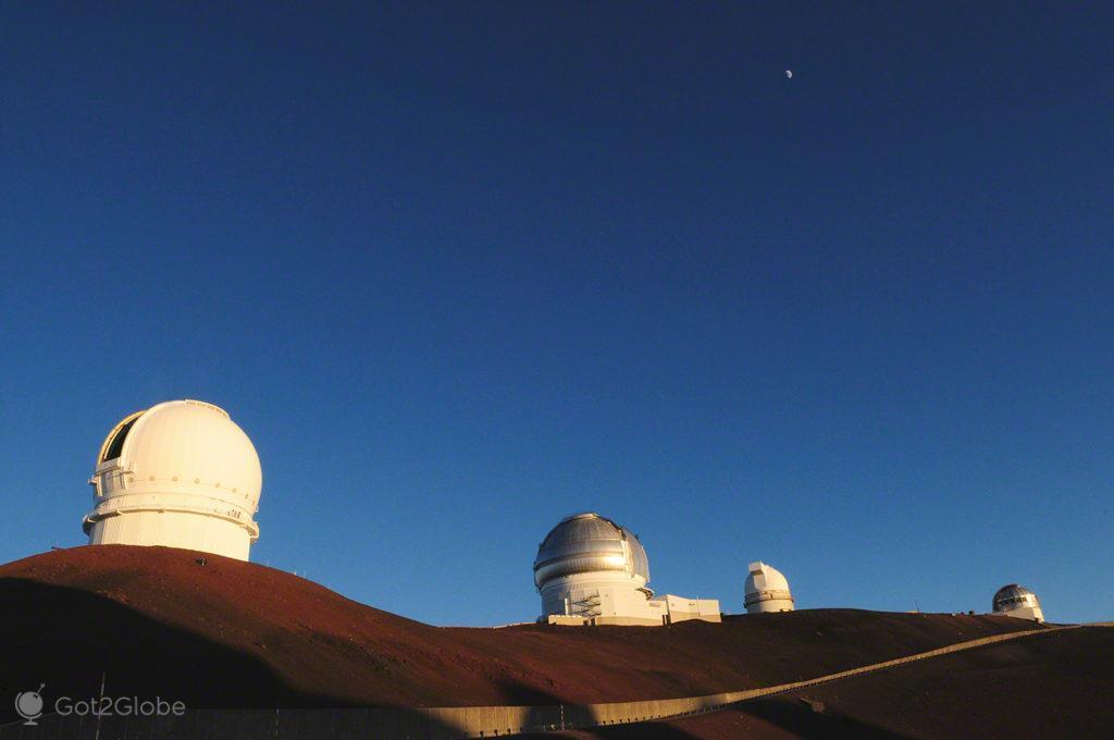 Linha de observatórios, Mauna Kea vulcão no espaço, Big Island, Havai