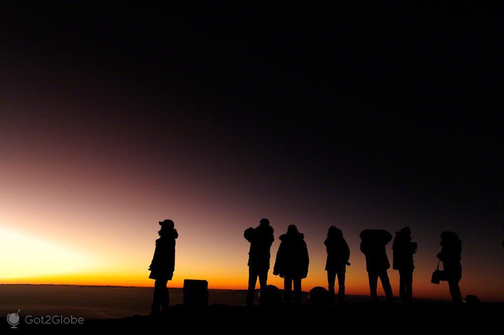 Fila para o ocaso, Mauna Kea vulcão no espaço, Big Island, Havai