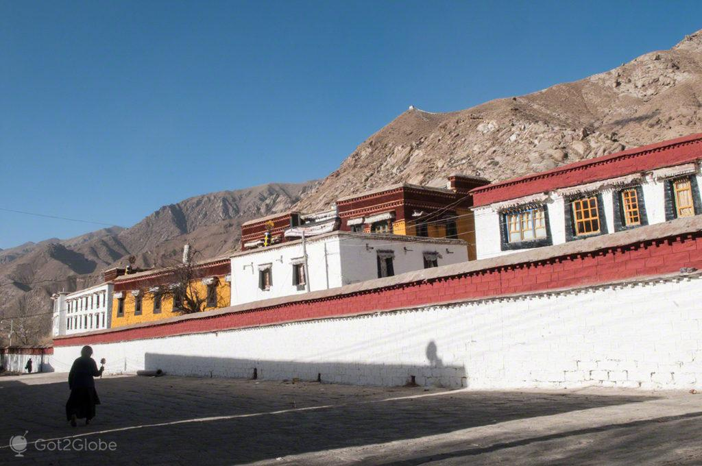 De passagem, Mosteiro de Sera, Sagrado debate, Tibete