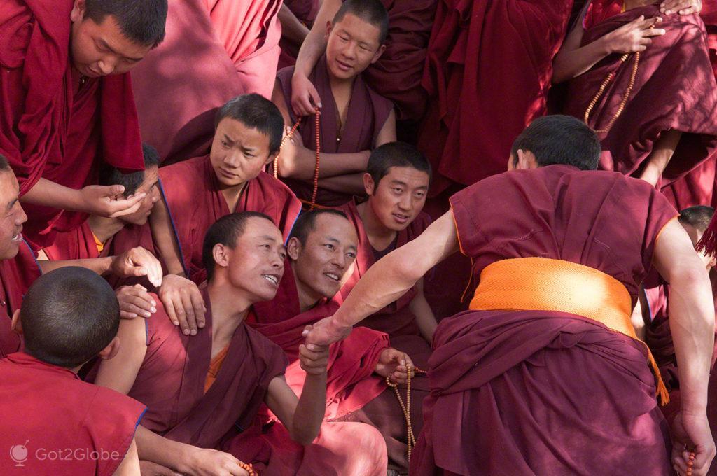 Um contra todos, Mosteiro de Sera, Sagrado debate, Tibete