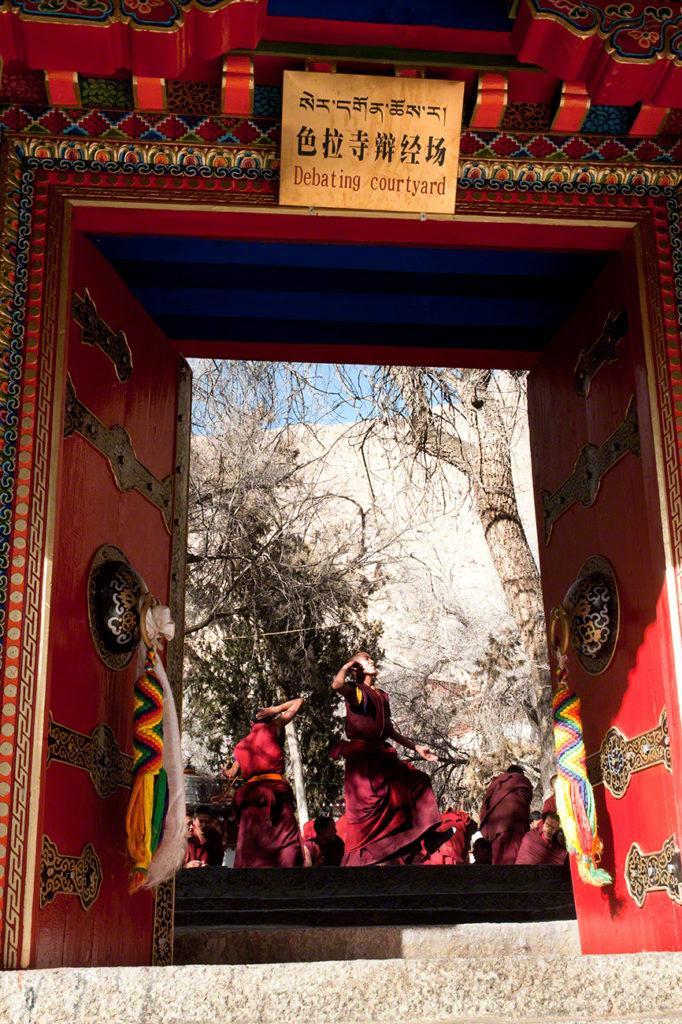 Pórtico, Mosteiro de Sera, Sagrado debate, Tibete
