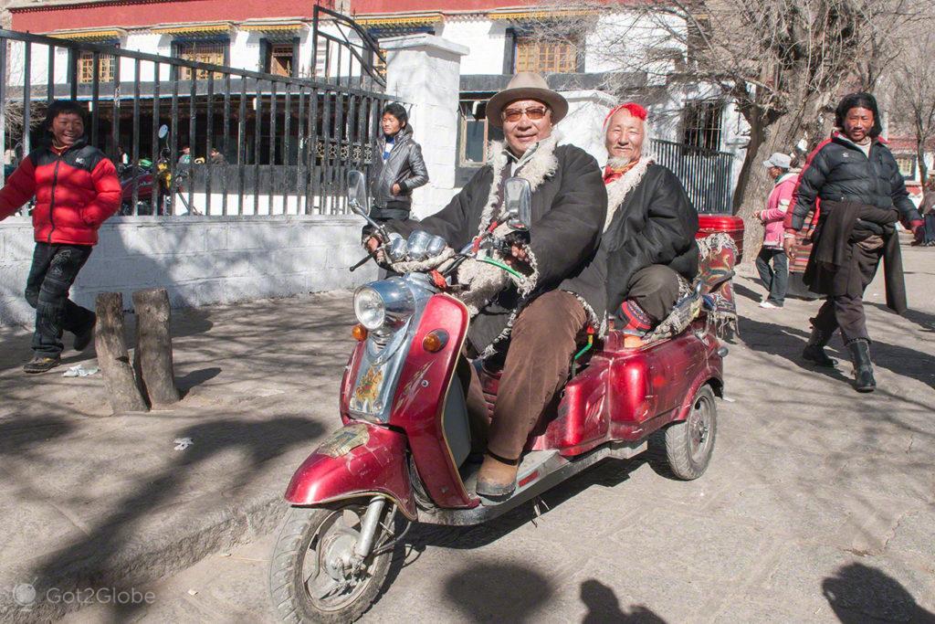 Motorizados, Mosteiro de Sera, Sagrado debate, Tibete