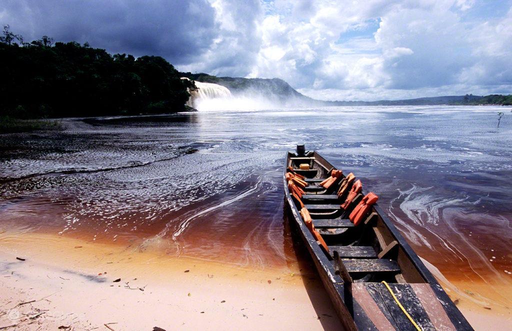 Curiara na lagoa Canaima, Salto Angel, Rio que cai do ceu, Angel Falls, PN Canaima, Venezuela