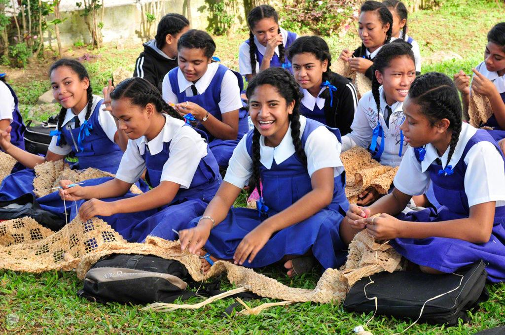 Aula de tecelagem, Tongatapu, Tonga, Última Monarquia da Polinesia