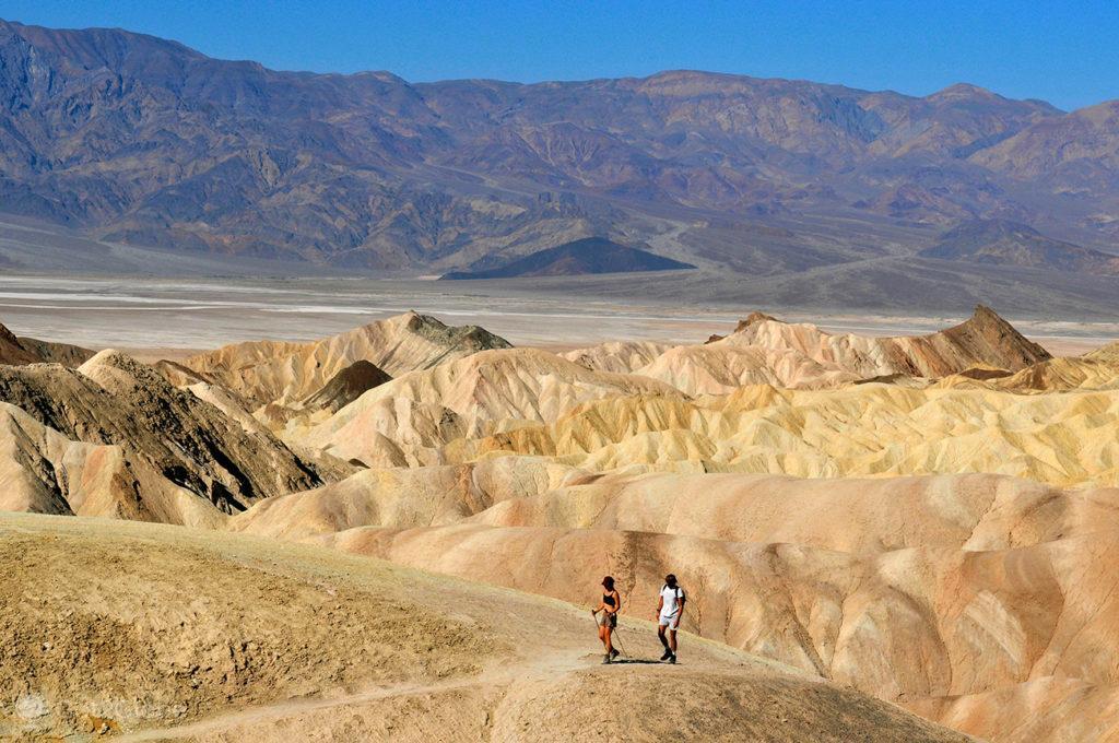 Caminhantes abaixo do Zabriskie Point, Vale da Morte, Califórnia, Estados Unidos da América