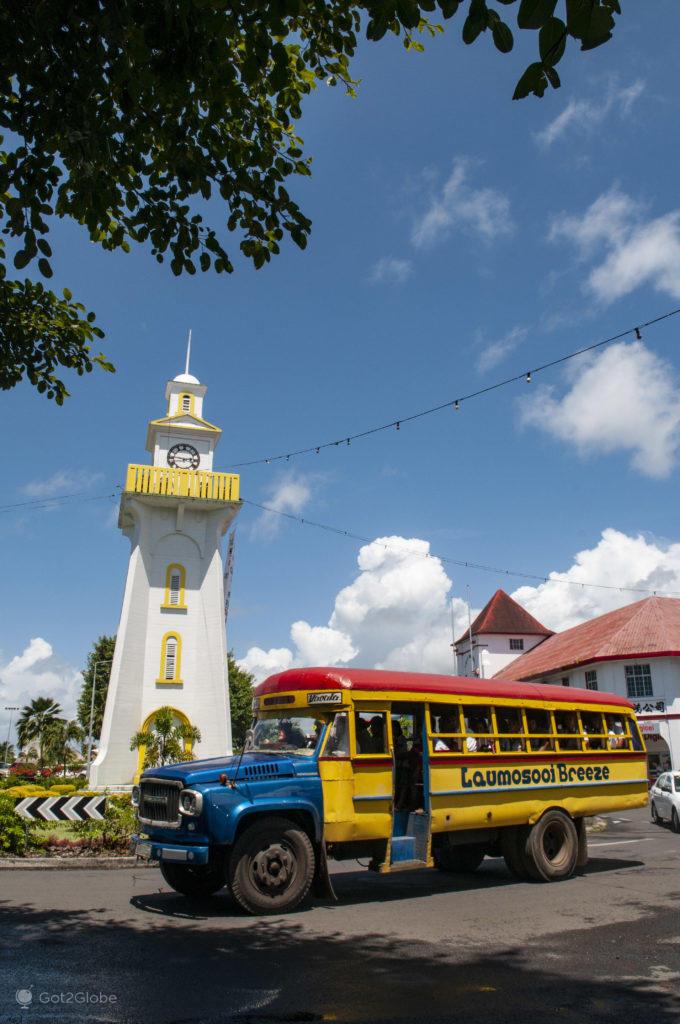 Autocarro junto a torre de relógio, Apia, Samoa Ocidental