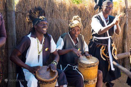 Músicos de etnia karanga jnunto às ruínas de Grande Zimbabwe, Zimbabwe