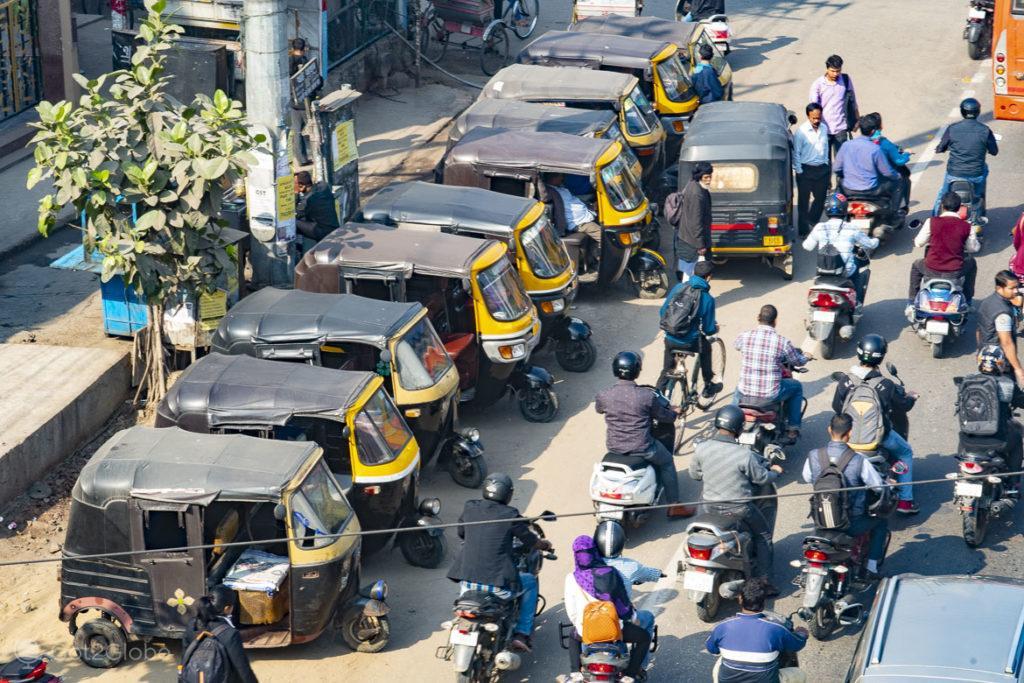 Rickshaws e scooters na GS Road, Guwahati, Assam, Índia