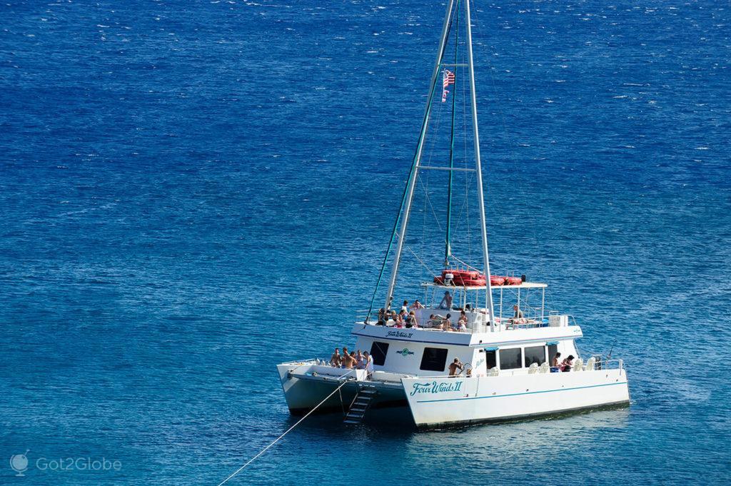 Catamara ao largo de maui, Havai