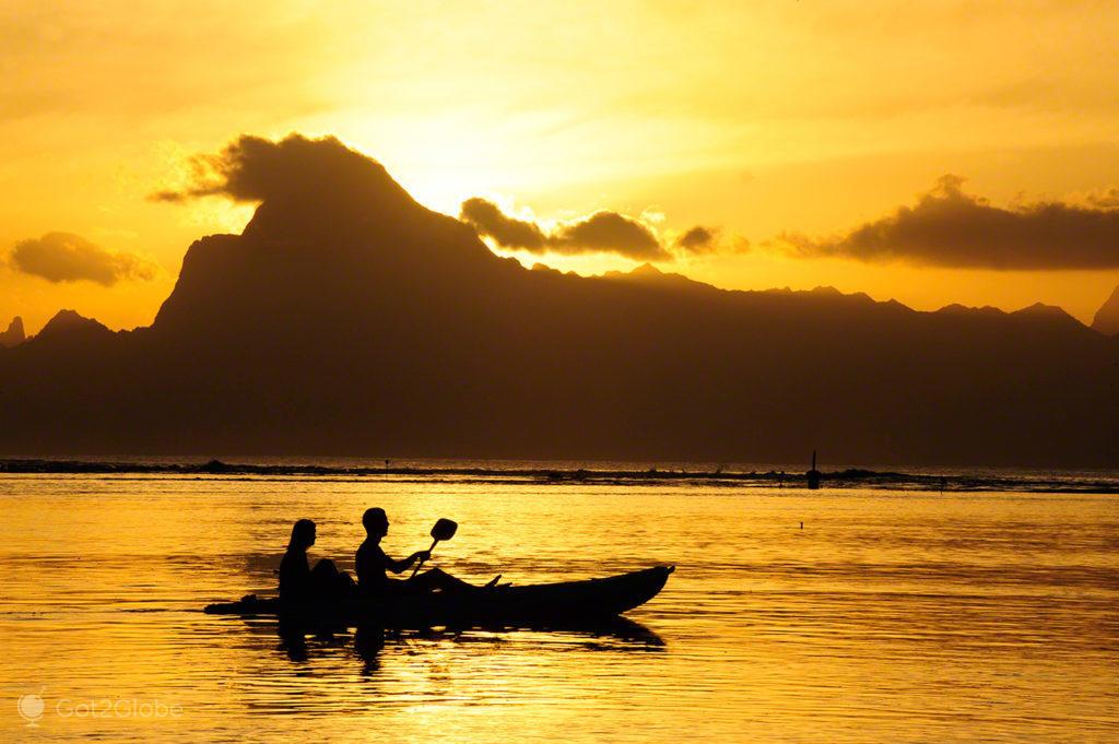 Casal em caiaque com Moorea em fundo, Polinésia Francesa