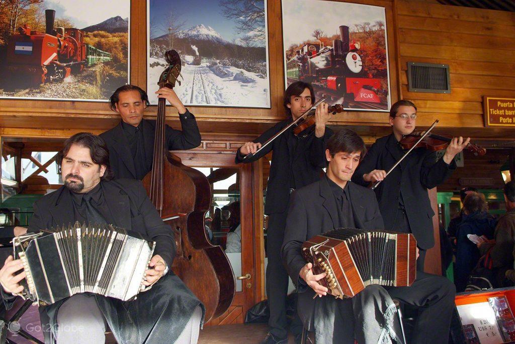 Músicos na estação do Tren del Fin del Mundo, Ushuaia, Argentina