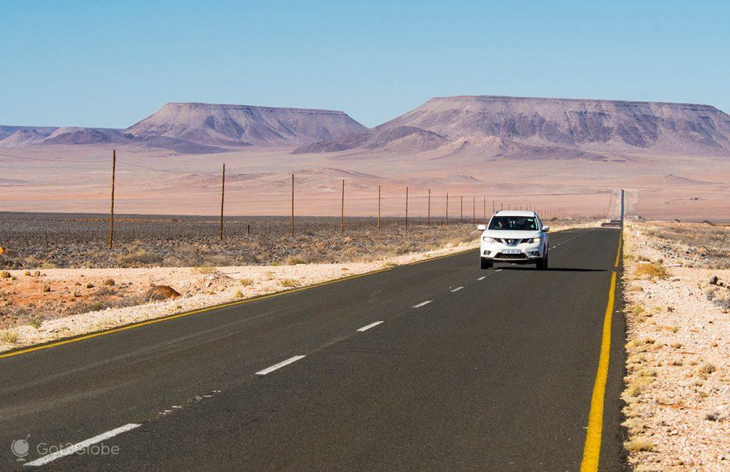 Estrada B4 que conduz às imediações do Fish River Canyon, Namíbia