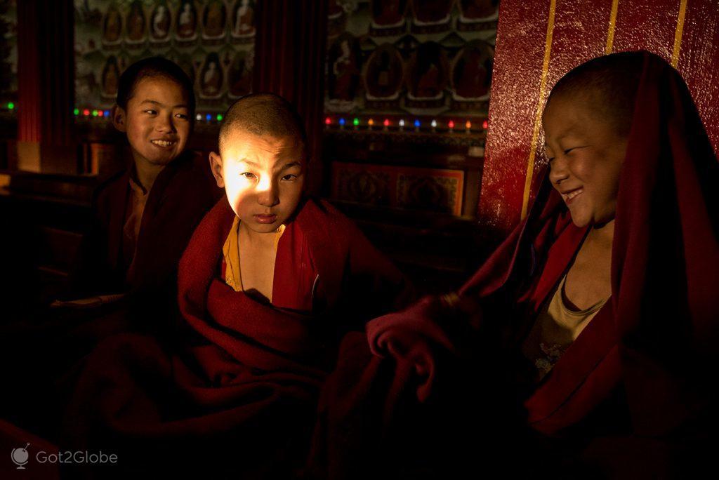 Monge iluminado no mosteiro de Tawang, Índia