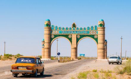 Pórtico de entrada em Ellikkalla, Uzbequistão