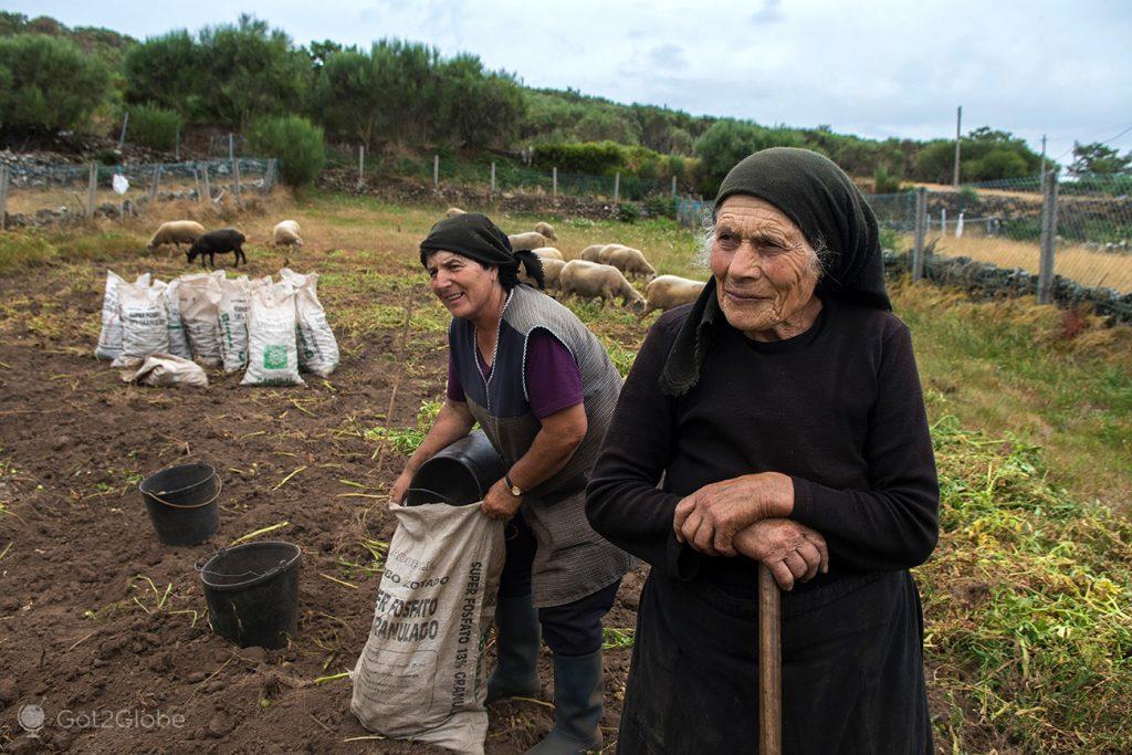 Moradoras da aldeia de Barreiro, Castro Laboreiro, Portugal