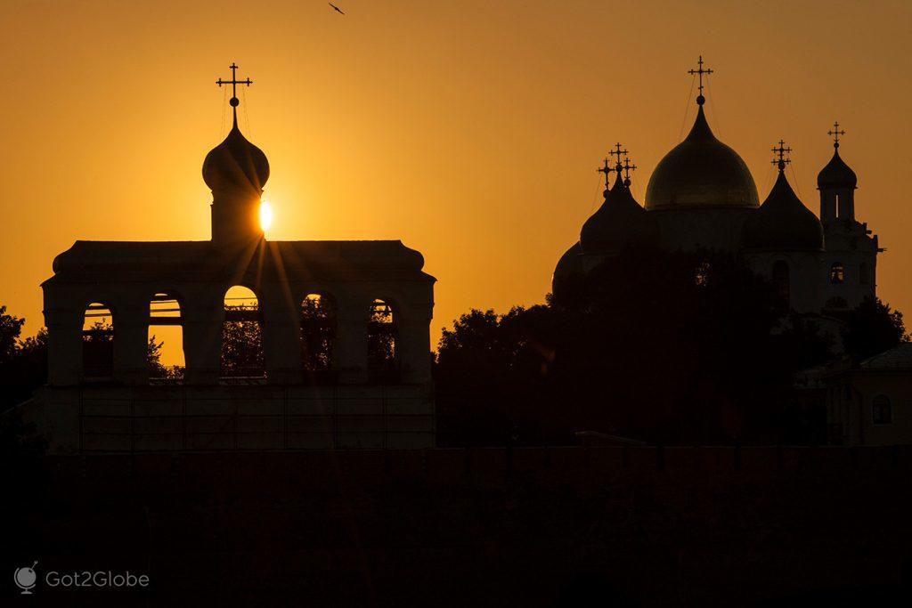 Silhuetas da catedral de Santa Sofia, Novgorod, Rússia