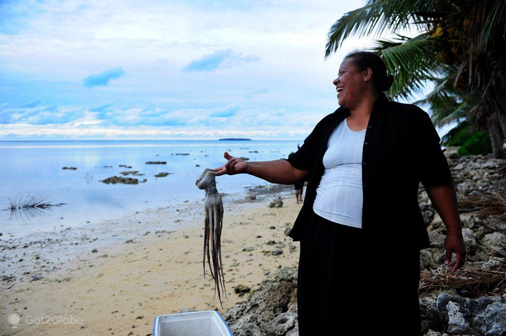 Nativa de Tongatapu mostra um polvo recém-capturado