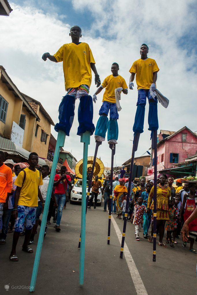 Acrobatas sobre andas, acima da Kotokuraba Rd, festival Fetu Afahye, Acra, Gana