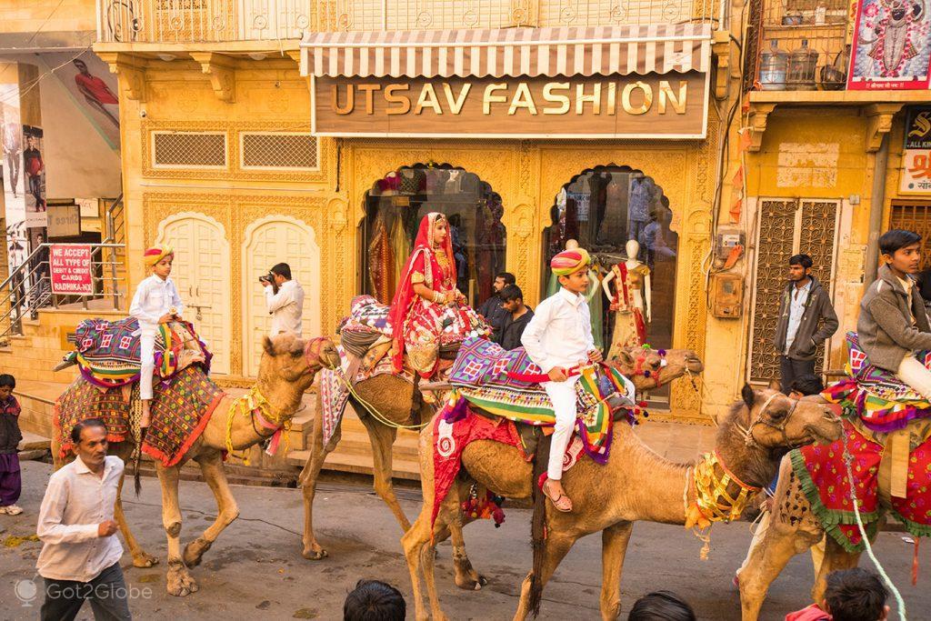Cortejo a camelo, durante o Festival do Deserto de Jaisalmer, Rajastão, Índia