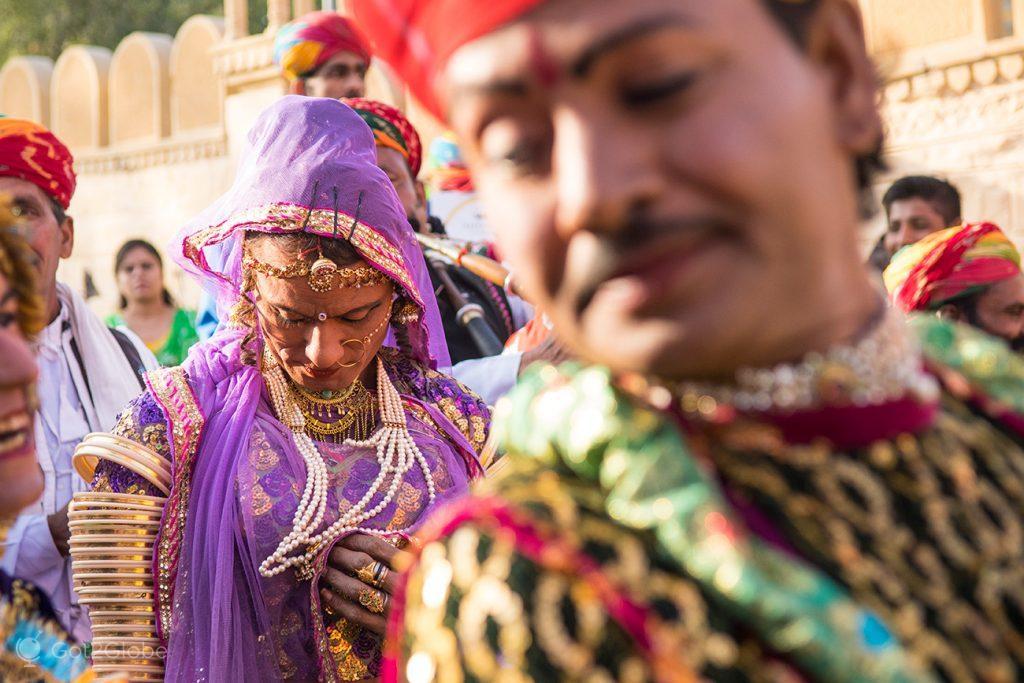 Músico e dançarina hijra durante o Festival do Deserto de Jaisalmer, Rajastão, Índia