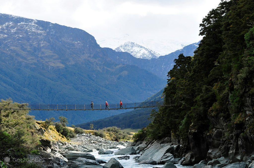 Ponte suspensa sobre riacho Rob Roy, Wanaka, Nova Zelândia