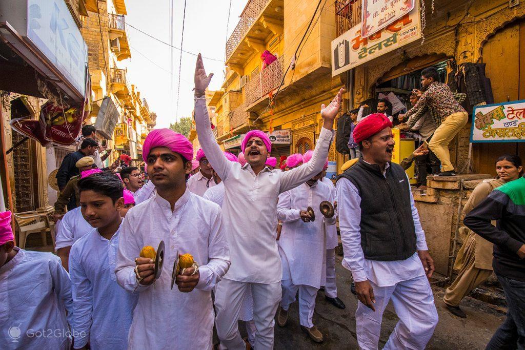 Participantes animam o Festival do Deserto de Jaisalmer, Rajastão, Índia