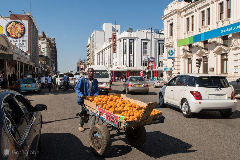 Vendedor de laranjas em Harare, Zimbabwe