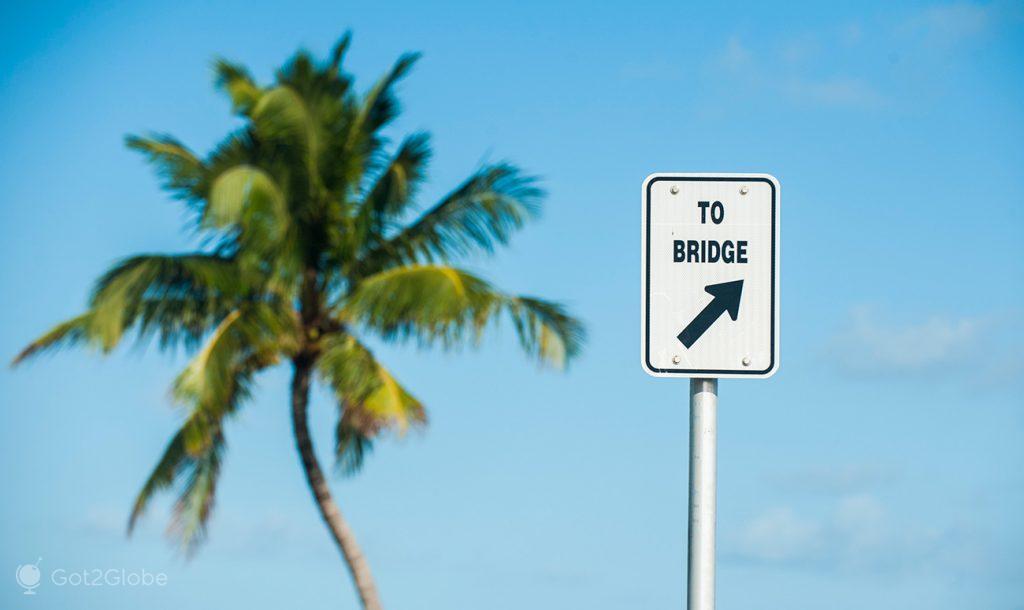 Indicação de acesso a uma ponte da Overseas Highway, Florida Keys, Estados Unidos da América