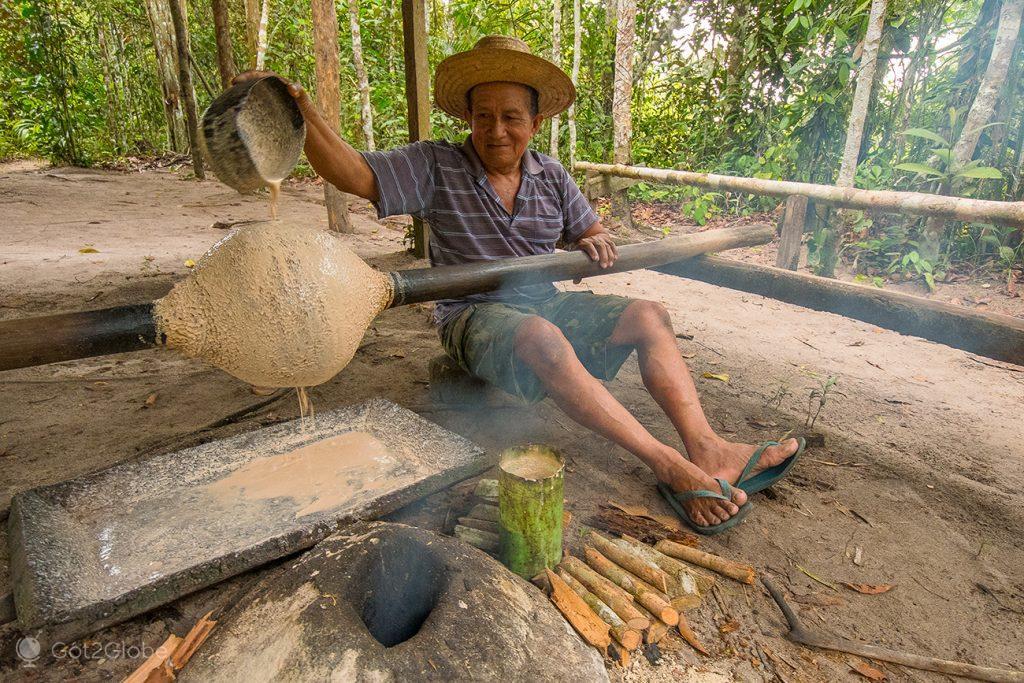 Reconstituição da estração da borracha, arredores de Manaus, Brasil