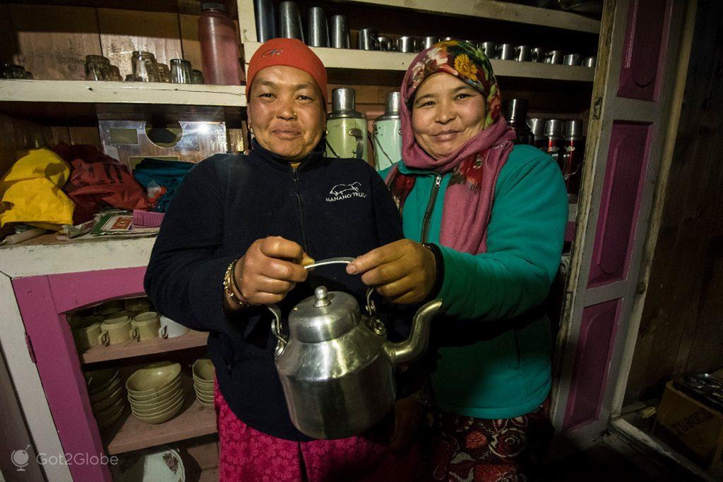 Cozinheiras do Himalayan Hotel, Chame, Nepal