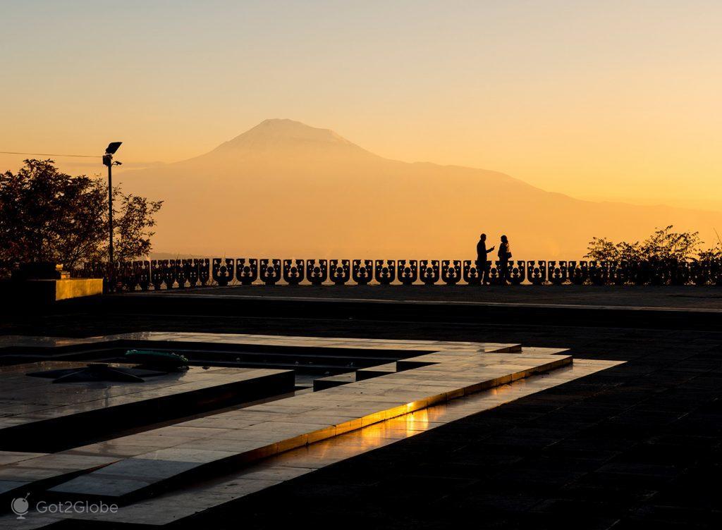 Limiar do Parque Vitória, com o Monte Aratat em fundo, Erevan, Arménia
