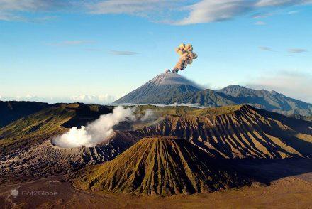 Os vulcões Semeru (ao longe) e Bromo em Java, Indonésia