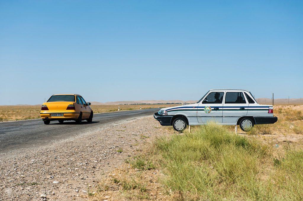 Carro da polícia falso entre Yangikazkan e Samarcanda, Uzbequistão