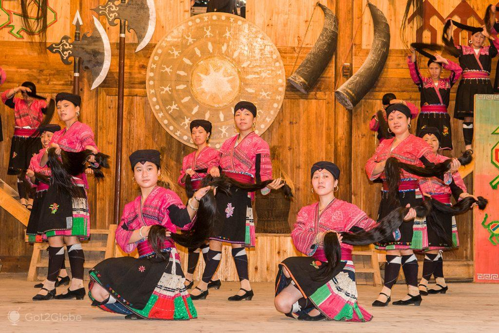 Mulheres num espectáculo de Huang Luo, Guangxi, China