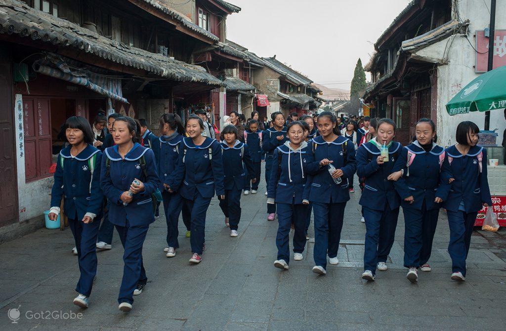 Alunos em uniforme, Dali, Yunnan, China