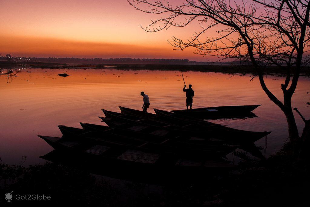 Fim do dia no lago da barragem do rio Teesta, em Gajoldoba, Índia