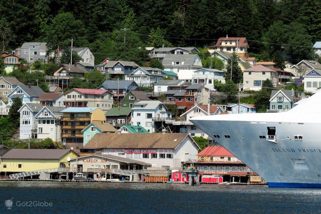 Cruzeiro e casario de Ketchikan, Alasca, EUA