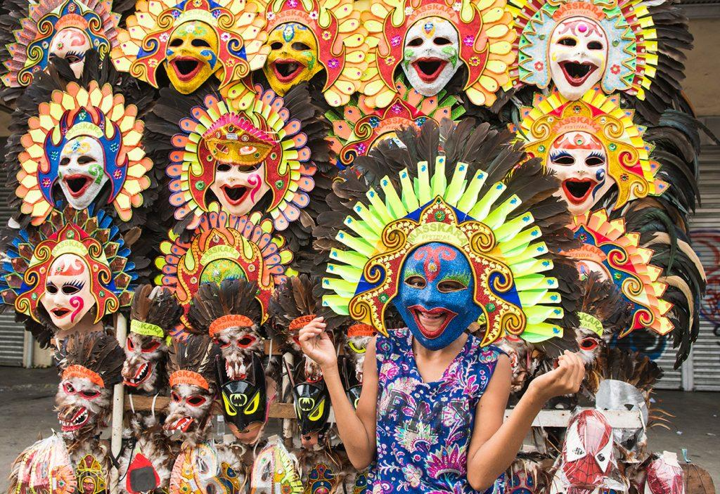 Teste de máscara durante o Festival MassKara, Bacolod, Filipinas