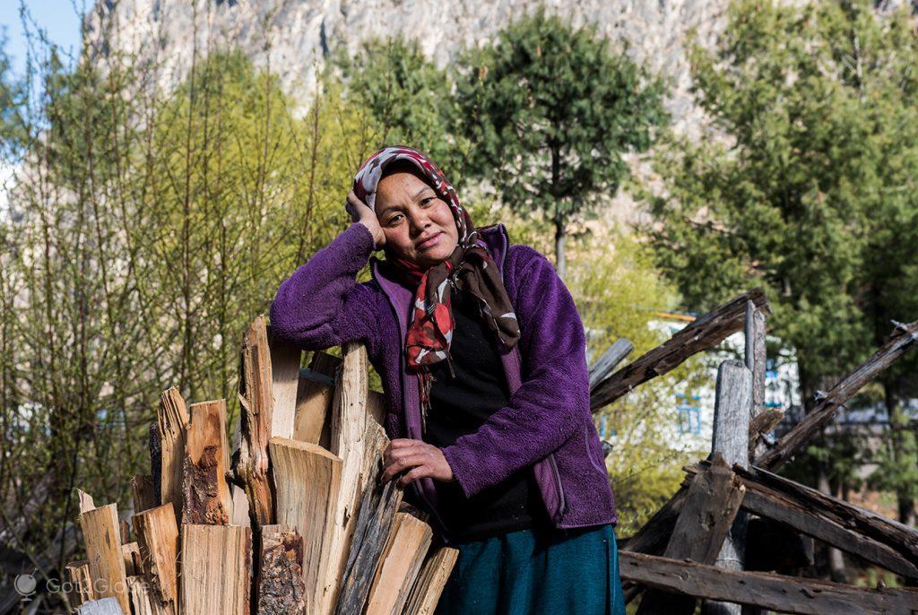 Moradora de Chame racha lenha, Circuito Annapurna, Nepal