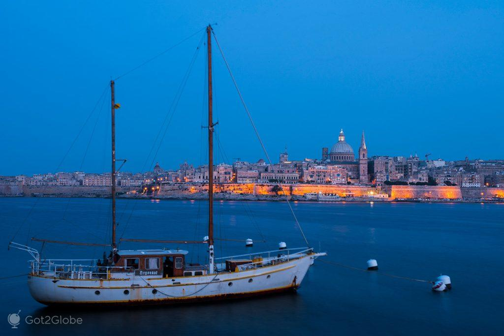 Veleiro no estuário de Marsamxett, Valletta, Malta