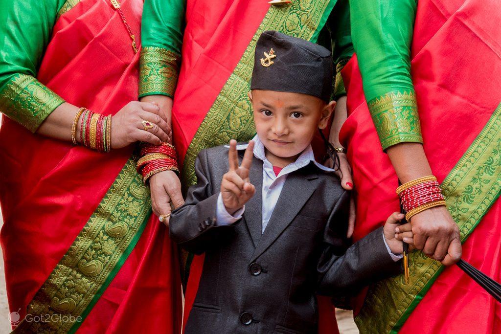 Tejit, criança honrada pela cerimónia newar, Bhaktapur, Nepal