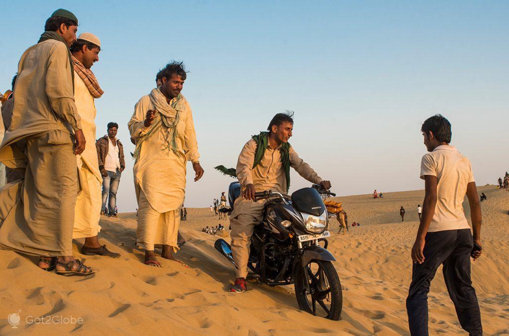 Acrobacias motorizadas sobre as dunas do Deserto do Thar, Rajastão, Índia