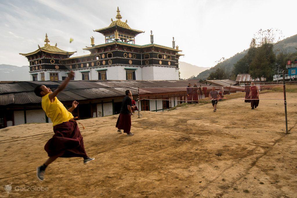 Partida de badminton no mosteiro de Thinmey, Arunachal Pradesh, Índia