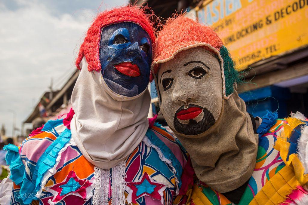 Mascarados em máscaras tradicionais de pano, festival Fetu Afahye, Cape Coast, Gana