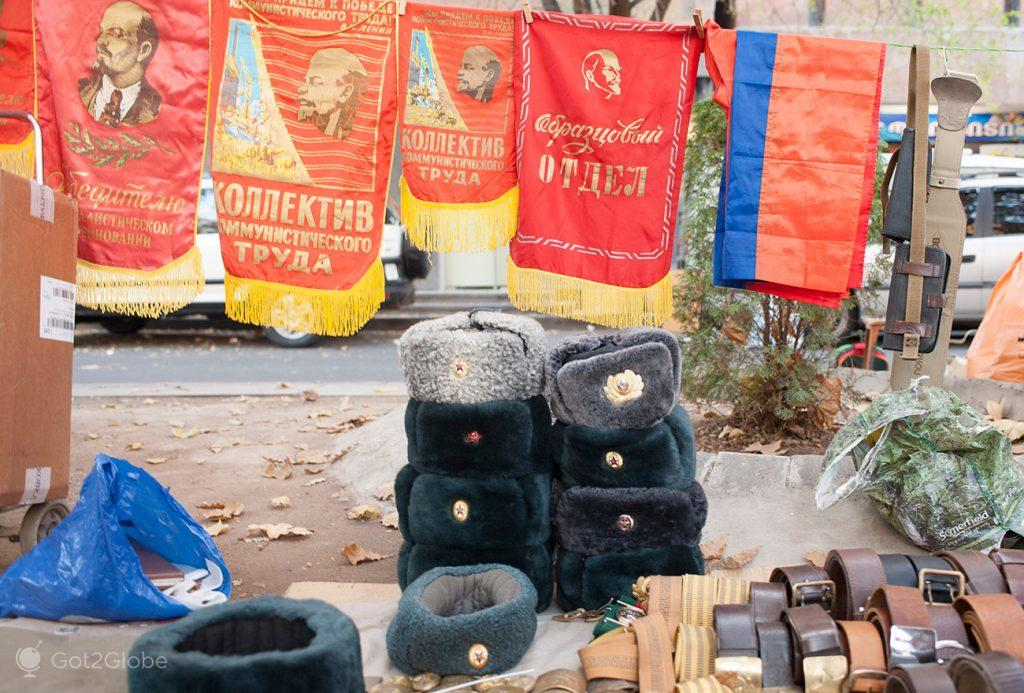 Resquícios da era soviética no mercado de rua de Vernissage, Erevan, Arménia