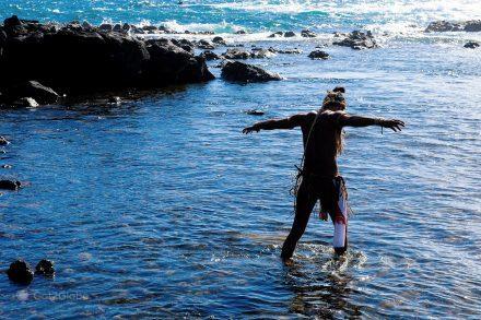 Moa numa praia de Rapa Nui/Ilha da Páscoa