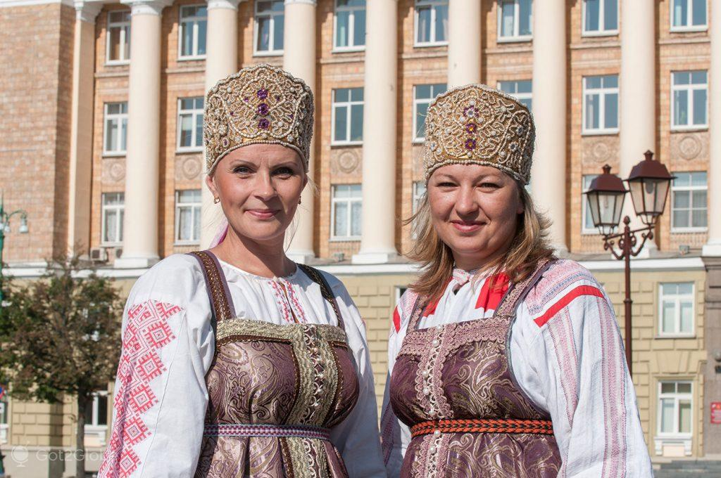 Mulheres de Novgorod em trajes tradicionais, Rússia