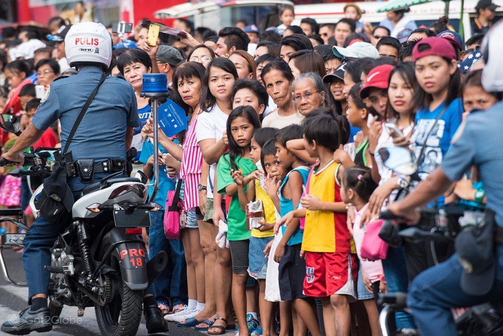 Controle policial do público do Festival Masskara, Bacolod, Filipinas