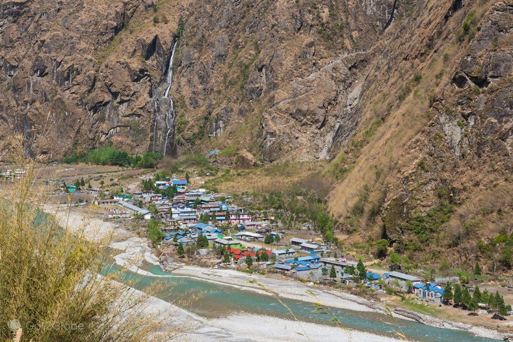 povoado plantado à beira do rio Marsyangdi, Nepal